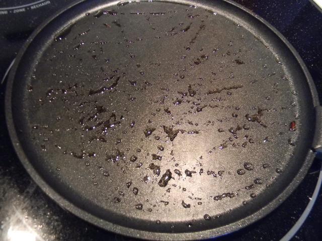 Cepille un poco de aceite en la misma sartén que dore la carne y asados las cebollas en y el calor a medio-alto.