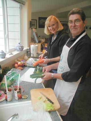 Alrededor de cortar las apio, zanahorias y cebolla. Enjuague los puerros y cortar las tapas verdes solamente.