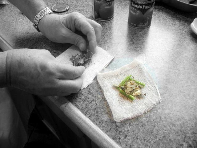 Bouquet Garni: Diente de ajo machacado, hojas de laurel, el tomillo, el perejil tallos atados juntos, pimienta agrietada. Envuelva en una gasa.