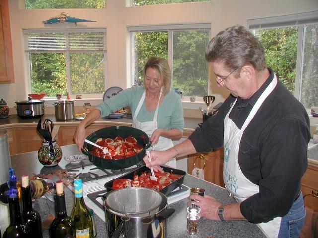 Retire los huesos del horno y esparcir una capa delgada de pasta de tomate en ellos. Continúe asando otros 15-20 minutos o hasta que estén doradas.