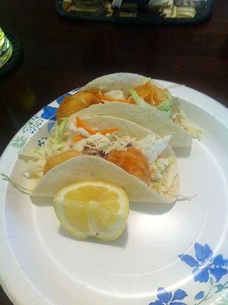 Ahora ponga tacos juntos, placa ellos y exprimir un poco de jugo de limón sobre los camarones y disfrutar.