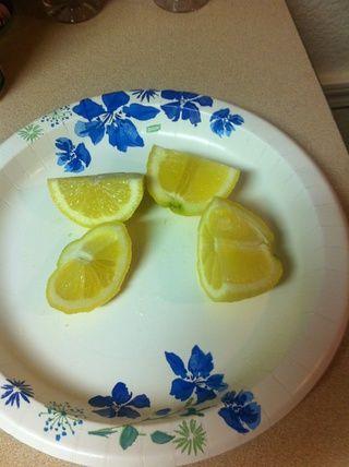 Corte el limón en medio. Luego, cada medio en media de nuevo. Fácil de apretar cuando se corta esta manera.