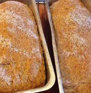 Retire los panes de los moldes de pan y colocarlo directamente sobre la parrilla.