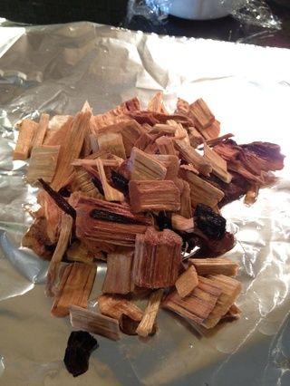 Estirar una hoja grande de papel de aluminio, tome sus astillas de madera si el recipiente con agua y ponerlos en la hoja.