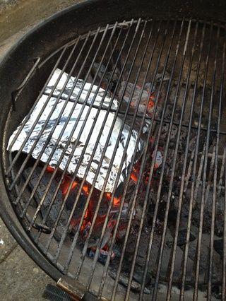 Añade tu paquete de aluminio directamente sobre las brasas, agujero hacia arriba.