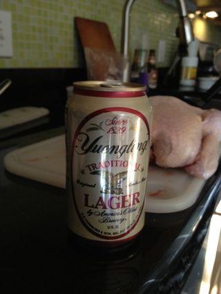 abrir una lata de su cerveza favorita, y beber medio.