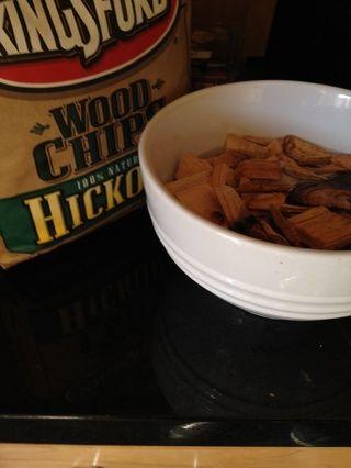 Agregue un poco de virutas de madera a un recipiente con agua para empapar ratos la parrilla se calienta. Me gusta nogal, manzana o de madera de cerezo.