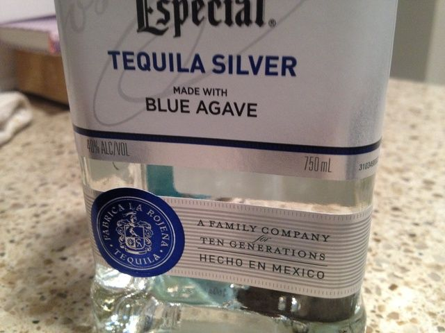 El uso de la mezcla el jugo lata vacía congelada, mida una lata de su elección de tequila. Añadir a la limonada.