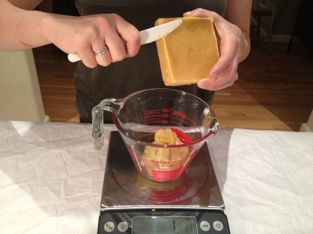 El uso de un cuchillo o un rallador, raspar piezas de cera, hasta que tienes una onza. Si usted tiene una balanza electrónica, coloque la taza de medir pyrex en la escala, y cero a cabo. A continuación, añadir la cera de abejas.