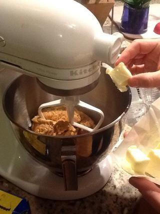 Añadir la mantequilla en pedazos mientras se mezcla