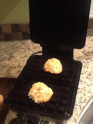 Coloque las bolas en la máquina de gofres y cocine a fuego medio-alto durante aprox. 1 o 2 minutos
