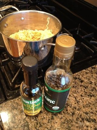 Añadir 1/4 taza de salsa de soja y aceite de semilla de sésamo
