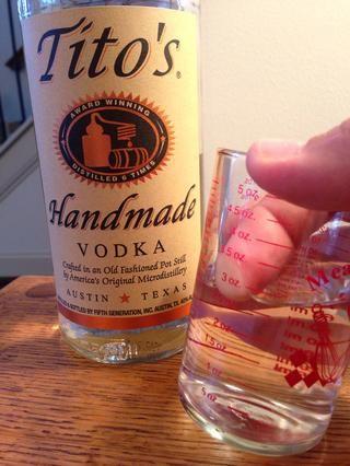 Vodka. Uno para mí. 3 de vainilla. Por favor, por el amor de Urano, NO use un vodka con sabor. Derrota nuestro propósito y la intención de evitar los aditivos químicos. Además, es probable que el sabor como el infierno.
