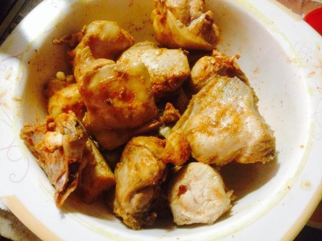 Repartir pollo frito en otro tazón y reservar