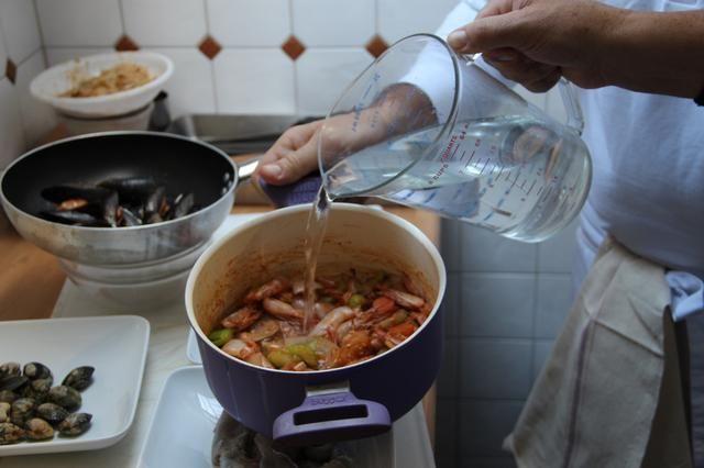 Cubra la comida con el doble de cantidad de agua fría y cocine a fuego lento durante 2 horas