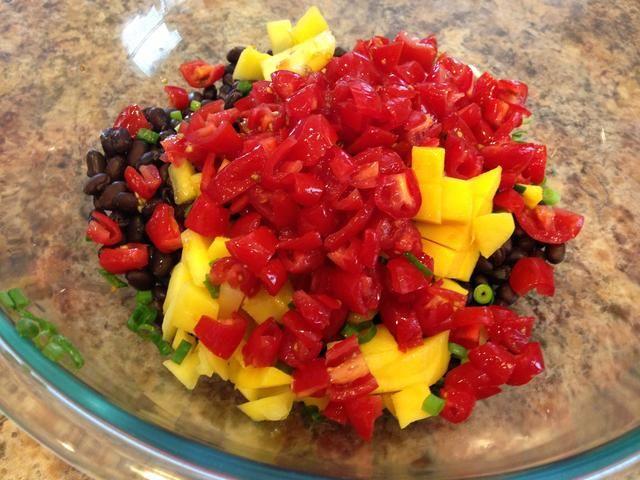Cortar los tomates y añadir aquellos a la taza.