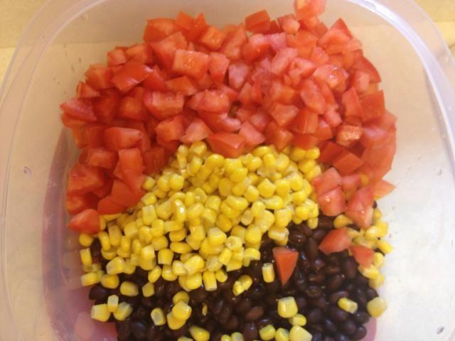 Añadir los tomates a la taza.
