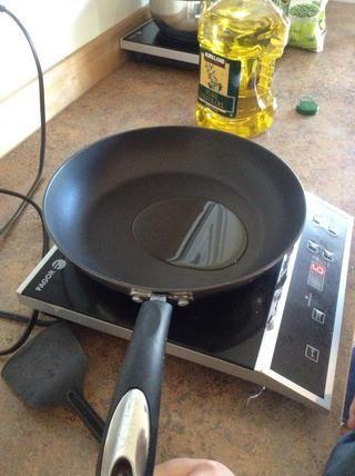 Añadir el aceite de oliva a la sartén