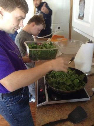 Agregue las espinacas a la sartén