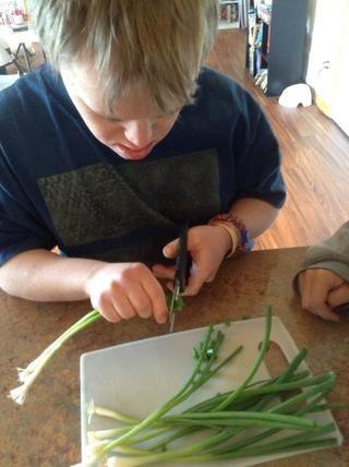 Con unas tijeras de cocina cortar la cebolla verde en rebanadas el ancho de una goma de borrar