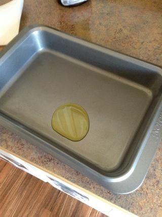 Añadir 1 cucharada de aceite de oliva a la fuente de horno