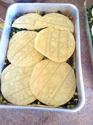 Añadir una segunda capa de tortillas de maíz