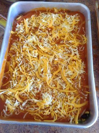 Espolvoree el queso en la parte superior de cada plato para hornear