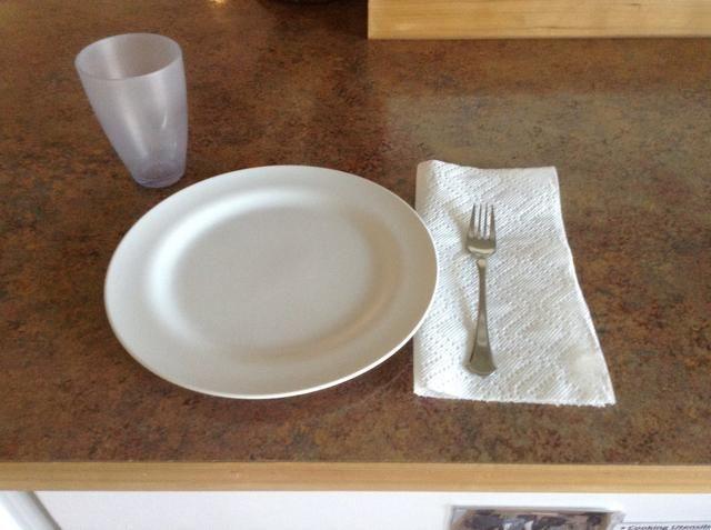 Por favor, poner la mesa con platos, tenedores, servilletas y vasos
