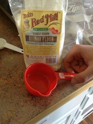 Añadir la harina de quinua a la cacerola