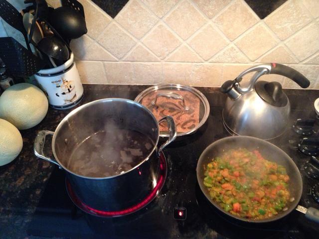 Hervir los frijoles y verduras Sofría