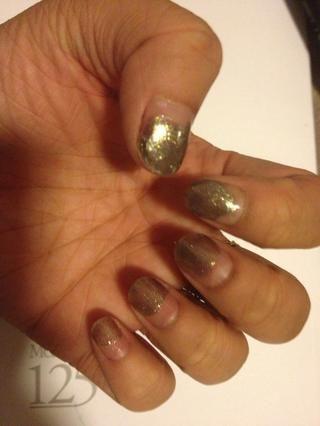Pinte el color del metal de arma en el 3/4 de las uñas.