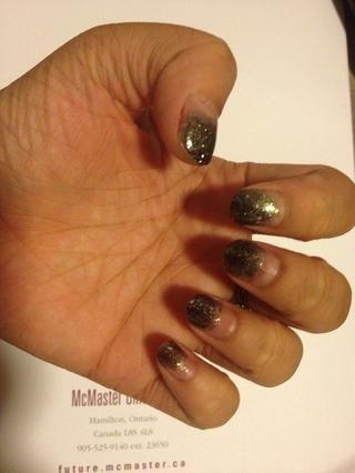 Añadir los destellos negros ligeramente por encima del esmalte de uñas de color gris.