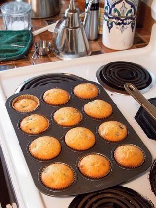 Tome las magdalenas del horno, cuando're firm and golden.