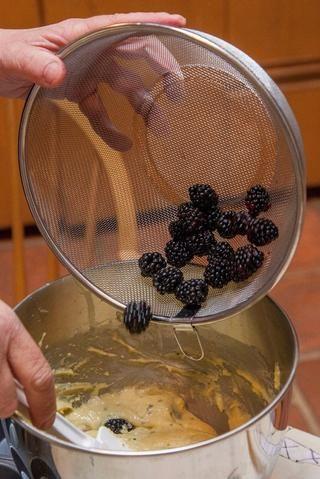Añadir las bayas frescas a la masa ...