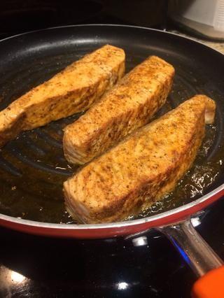 Añadir el aceite de oliva a la sartén y salmón dorar por todos lados, hasta que esté ligeramente crujiente.