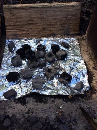 Más carbones se añaden a la ubicación de donde se encontraba el stand tapa. Añadir 10-12 brasas.