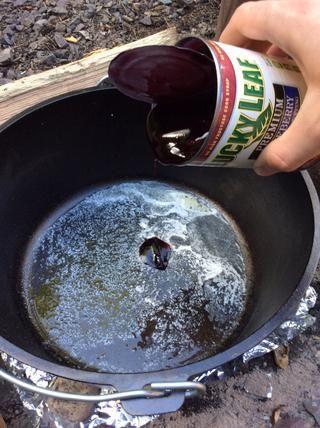 Agregue el cuarto palo restante de mantequilla y fundirlo. Añadir en la lata de relleno de arándanos al horno holandés.