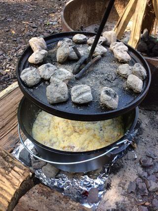 Coloque la tapa en la parte superior del horno holandés y mucho menos durante 30 minutos .... Sin pico!
