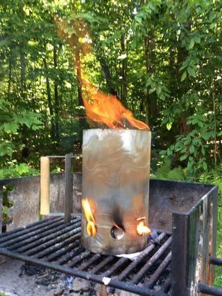 Pronto ... cuando llego a la llama que salía de la parte superior de la chimenea las brasas están casi listos. Se añade el periódico y encendió bajo la chimenea para obtener los carbones fuego caliente.