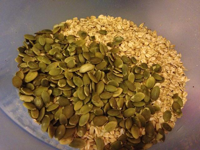 He utilizado las semillas de calabaza pero recomiendo semillas de girasol.
