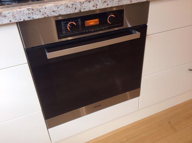 Precalentar el horno a 120 grados Celsius (5 minutos) y cuando los macarons tienen aire seca colocarlos en el horno y hornear durante 20-25 minutos.
