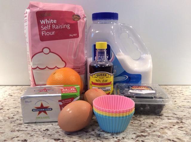 Reúna sus ingredientes para hacer tus magdalenas del arándano.