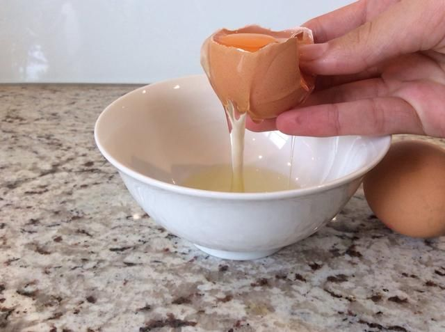 Romper los huevos y verter las claras de huevo en un tazón (1-2 minutos) asegurarse de que don't get any shell in the egg whites.