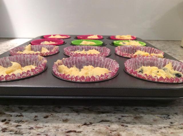 Uniformemente difundir su mezcla en una bandeja de muffins forrado con envolturas de la magdalena (2-3 minutos)