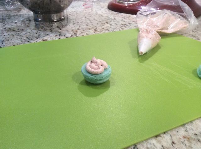 Coloque la formación de hielo en una bolsa de tuberías y el tubo en el medio macarons y encima de sus cupcakes (5 minutos)