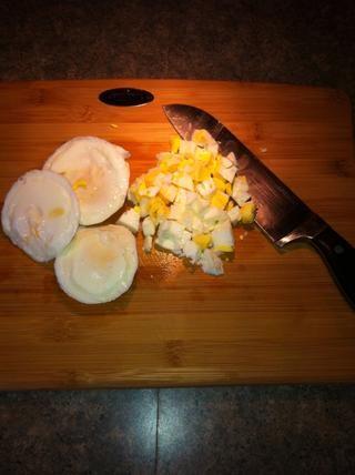Picar los huevos refrigerados y añadir a las ensaladas o hacer ensalada de huevo sándwiches !!