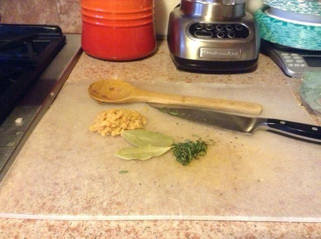 Picar el ajo y romero. Añadir a la olla con el resto de las especias, la sal y la pimienta. Revuelva para combinar.