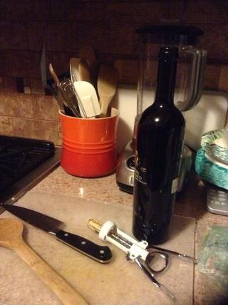 Añadir el vino. Aumenta el fuego y cocinar hasta que estén casi absorbida por la carne.
