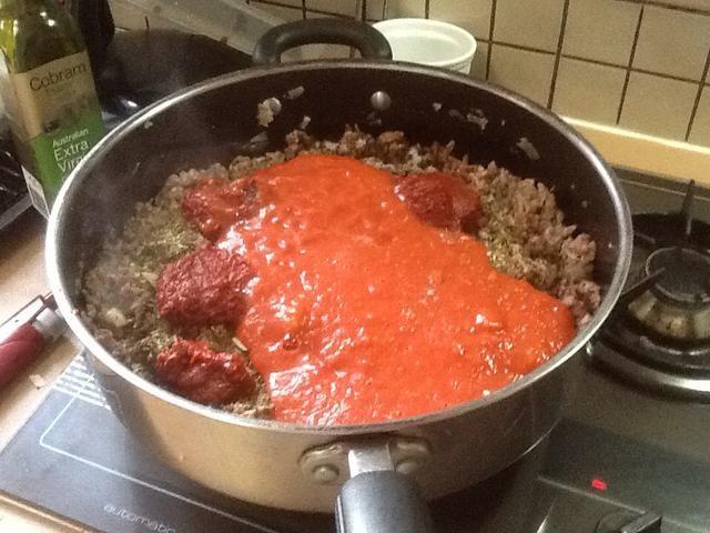 Paso 6: añadir el tomate cortado en dados. Si no se desean trozos de tomate, es una buena idea para hacer puré los tomates cortados en cubitos.