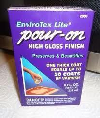 La resina se llama Envirotech Lite. Busque 40% de descuento cupones en Hobby Lobby o Michaels Craft Store. El producto puede ser caro y sin. La resina viene en 3 tamaños. El cuadro sm hace unos 40 imanes.